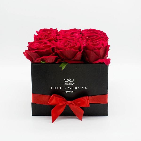 Hoa Lụa Hộp Vuông Đen – Màu Đỏ
