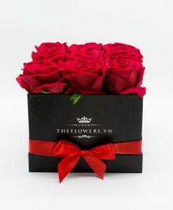 Hoa lụa màu đỏ hộp vuông đen