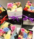 Hoa Lụa Bảy Màu – Hộp Vuông Trắng