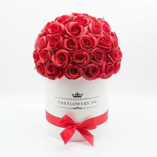 Hoa hồng sáp màu đỏ hộp tròn trắng đặc biệt
