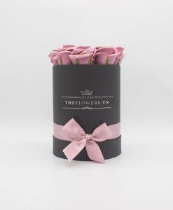 Hoa sáp màu hồng đất hộp tròn đen