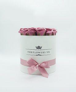 Hoa sáp màu hồng đất hộp tròn trắng