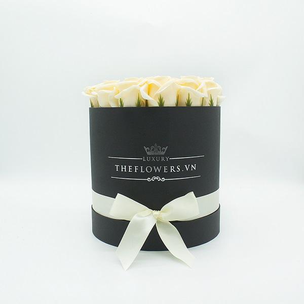 Hoa sáp màu kem hộp tròn đen size M