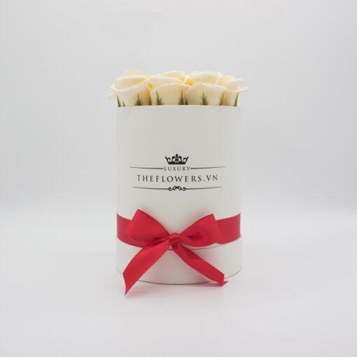 Hoa sáp màu kem hộp tròn trắng