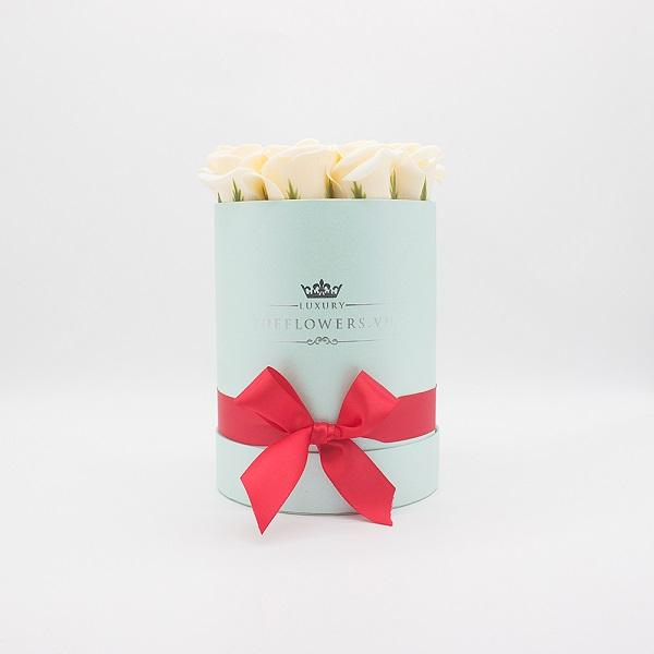 Hoa sáp màu kem hộp tròn xanh size S