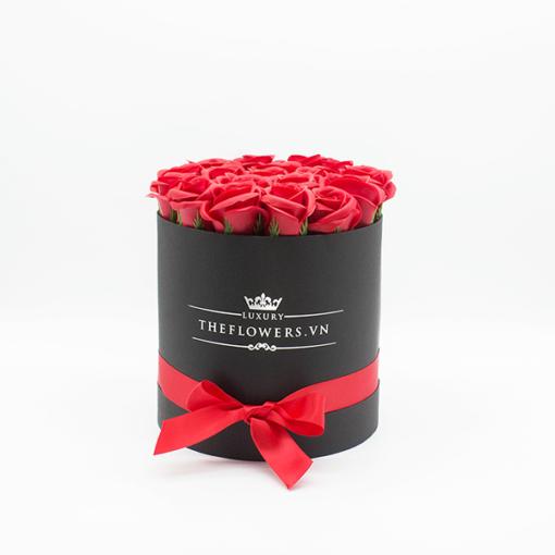 Hoa sáp Màu Đỏ Hộp Tròn Đen Size M - Hoa Sinh Nhật