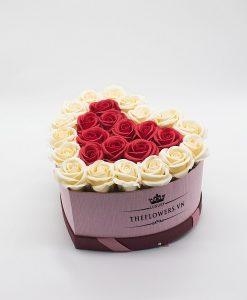 Hoa sáp màu đỏ kem hộp trái tim size M
