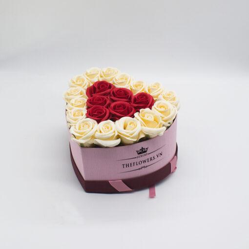 Hoa sáp màu đỏ kem hộp trái tim size S